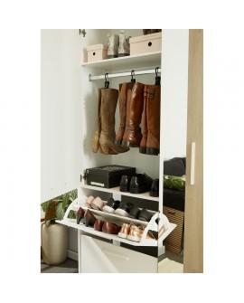 Le meuble à chaussures DAYA ouvert montre les différents espaces de rangement